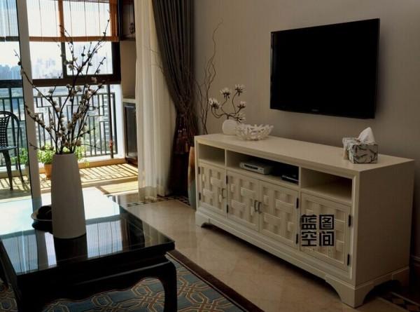 电视背景墙客厅区域的电视柜选用欧式的储物柜,虽然和整体风格有点不着调,但是这种突显的有一种新颖感。