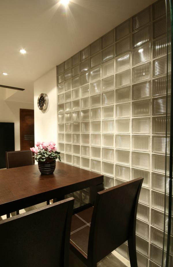 现代风格,洁白的光滑墙面与文化石的粗糙的质感有了强烈的对比、整个家居色彩与电视墙面的色菜统一色系。整个空间给人以明亮整洁感觉。