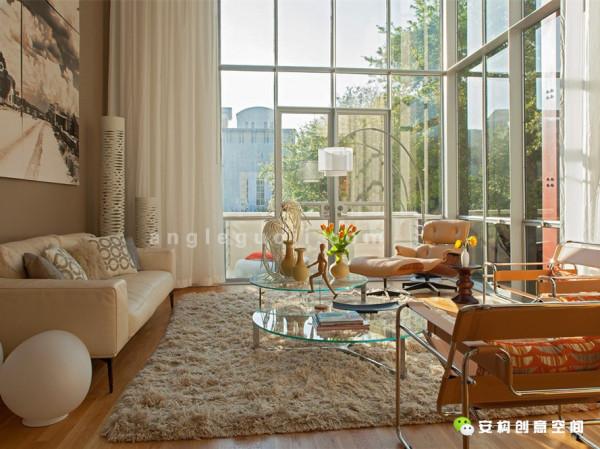 经过仔细思考,住宅初步对钢筋混凝土、钢材、玻璃以及石头进行粉饰。