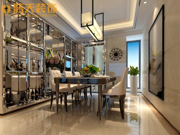 餐厅酒柜采用的是透明的玻璃镜面,既雅致又增加了空间的时尚感。一幅艺术画斜靠在墙面上,轻松随意,让餐厅更显自由。