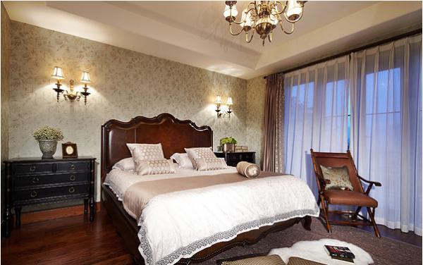 灯饰在欧式风格的家居空间里,灯饰设计应选择具有西方风情的造型,比如壁灯,在整体明快、简约、单纯的房屋空间里,传承着西方文化成果。