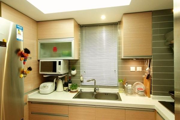 拥有一个精心设计、装修合理的厨房会让你变得轻松愉快起来。厨房装修首先要注重它的功能性。打造温馨舒适厨房,一要视觉干净清爽;二要有舒适方便的操作中心。