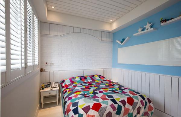 跳脱主卧的深色彩度,木作框架搭上文化石牆,简单淨白即是姐姐房的主牆风景。