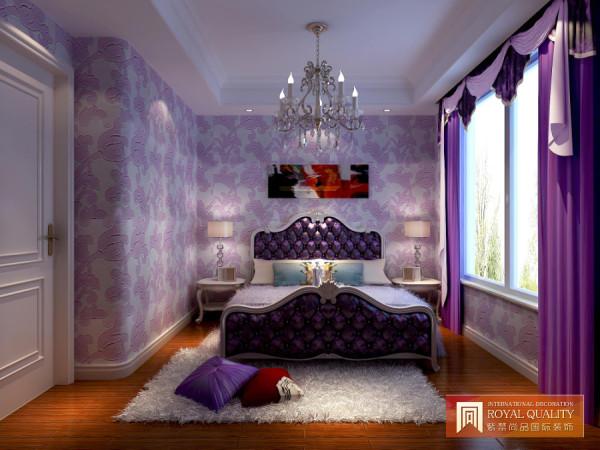 次卧室装修:紫色是一个浪漫的颜色,采用紫色为主色调,简单的床头柜,空间简洁明亮。