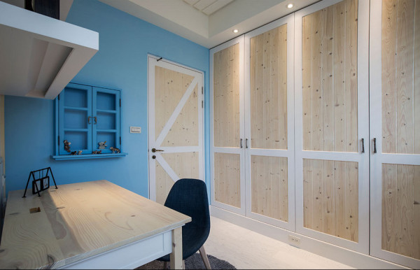 实木拼接的造型衣柜,搭衬上书桌旁的蓝色小窗,地中海主题裡收藏著小主人最爱的公仔玩具。