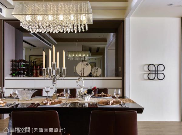 餐厨柜体抽屉的线板中凿以细版沟槽,在内凹处喷上黑漆着色,在水晶灯与灰镜的层层反射下,有种令人置身精品柜位的错觉。