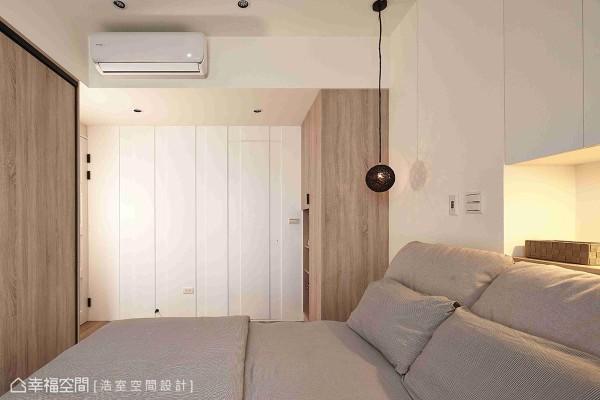 在白色系的简洁立面中,将卫浴门片完美隐藏在线条层次中,解决门片对到床铺的尴尬。