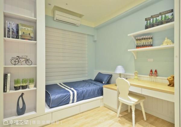 透过一体成形的木作订制家具创造完善的卧室机能,并规划开放式的柜体满足收纳及展示需求。