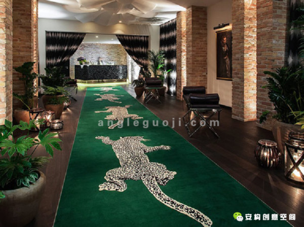 动物园酒店大厅有一个相应的大入口。这里的亮点包括一个订制的翡翠色地毯,上面有一头蹲伏着的豹子,这是由Diane Von Fürstenberg仿照T台上走秀的样式设计出来的。
