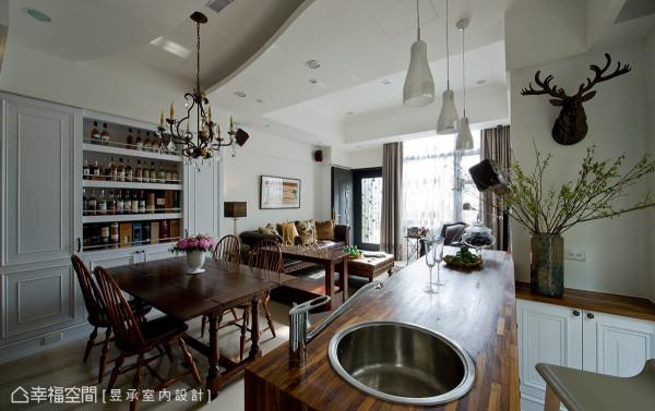 餐桌侧边是特别为从事进口酒商工作的男主人,规划的威士忌酒藏展示柜,为屋主与亲友间增添品酒聊天话题。