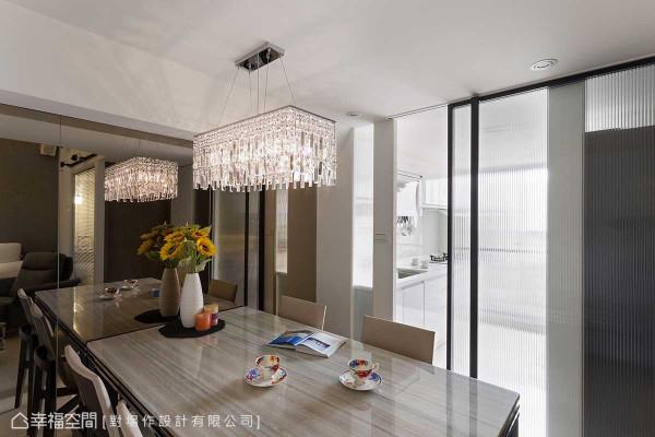 餐厨之间,选以直纹玻璃拉门为接口,采光盈满同时,亦是室内、外空气的最佳循环动线。