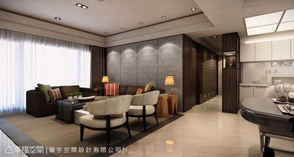 通往私领域的廊道,由厨房旁的展示柜体及另一侧的格状镜面共同铺叙艺术氛围,也巧妙将房间门片隐藏其中,成为设计的一体。