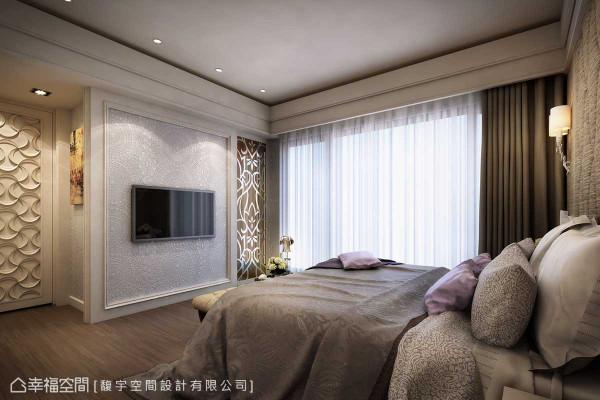 由客厅争取来的空间,馥宇设计将之转化为主卧更衣室,电视主墙旁的玻璃雕花门片即为更衣室入口。