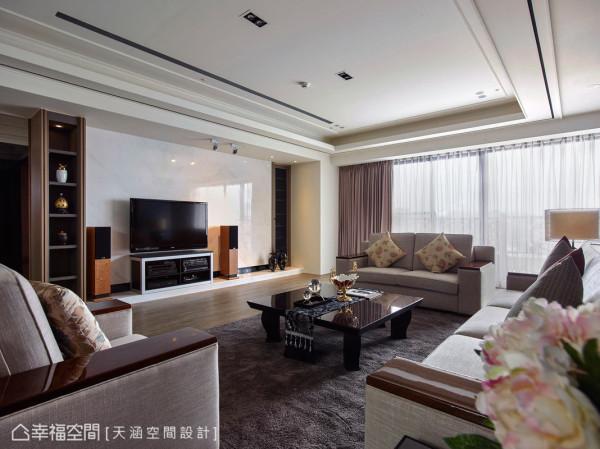 客厅电视墙采用雪白银狐大理石,看似简约净白,实则时时闪耀着华贵的内敛气息,从细节处提升空间整体质感,空间蕴含光般的亮了起来。