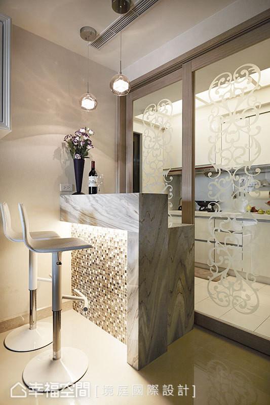 厨房外增设的中岛小吧台,丰富厨房使用机能,并满足女主人品咖啡的嗜好。