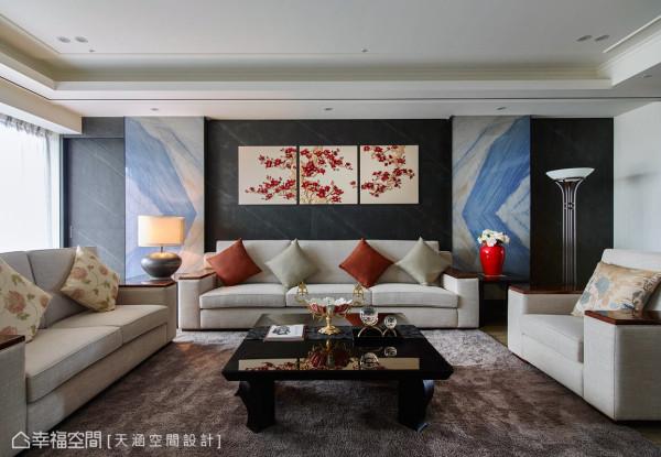 杨书林设计师以黑色云母石为衬,澄蓝色大理石片跳脱而显出层次,并向内折进,最中央处墙心挂上油画来增添视觉焦点。
