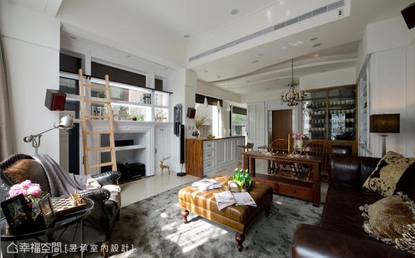 为补足客厅景深而将壁炉向外墙延展以让出宽松的距离,并在上端规画展示书柜,搭配爬梯更见人文气质。