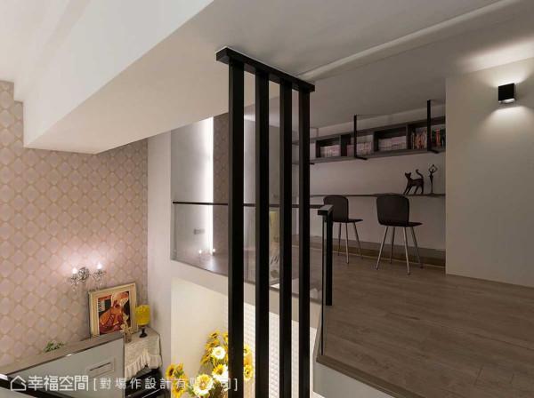 运用廊道空间而生的阅读区块,辅以系统板材与铁件共构书架,展现五脏俱全的实用态度。