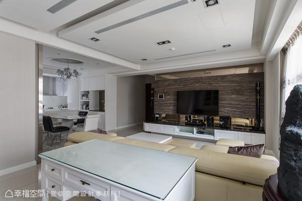 白烤漆为底的公共空间中,张圳江设计师特别采用深棕色、洞石材质的电视主墙,以颜色及材质的对比,成为空间中的视觉重点。