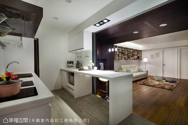 轻食区结合吧台的设计规划,丰富实用生活机能。