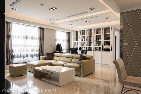书房后方的书柜,交叉的骨架设计搭配茶色镜面底,呼应电视主墙的重点色调。