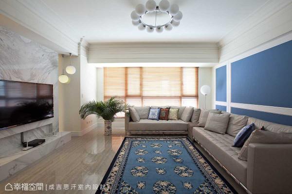 潋滟的宝蓝色度,从沙发背墙至地坪软件延伸,强烈跳色叙写了屋主的个人风采。