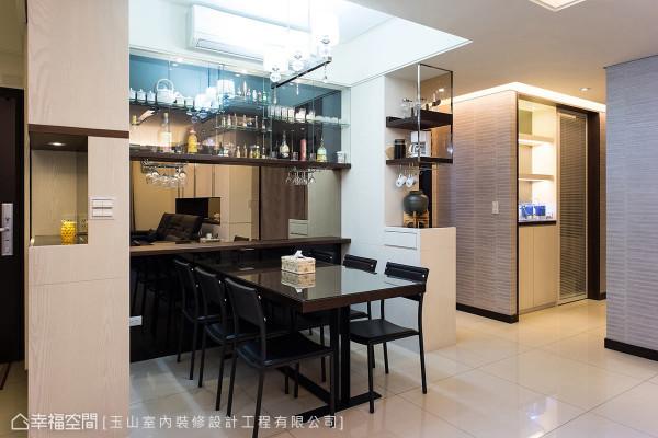 餐厅是全家人用餐的小天地,以开放的展示柜摆放每个人的收藏,铺述华美大器。