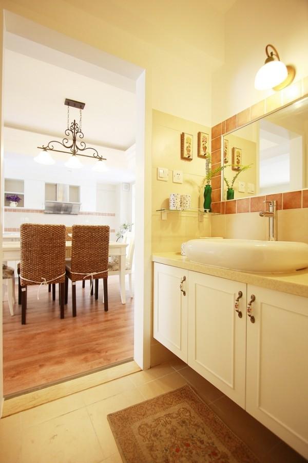 餐厅的设计大方,在格局上正好与卫生间相邻,整体设计节省了使用者的时间。