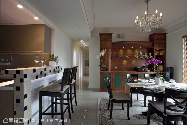 活动式的餐柜家私,是设计师廖正壹迎合屋主需求特订制而成的展示界面,美式语汇的导入更显到位风格。