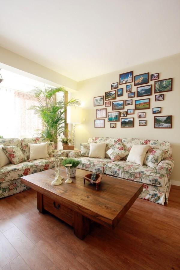 客厅的设计,采用的是碎花的沙发,体现了主人喜欢自然的感觉。