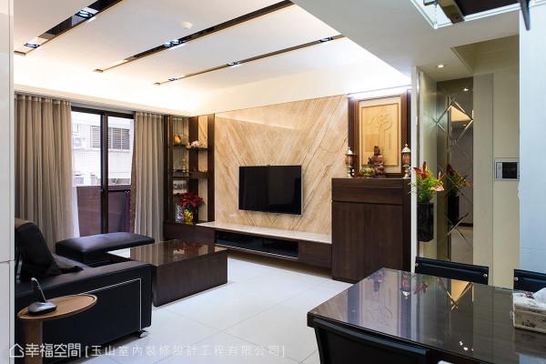 电视墙立面使用纹理优美的帝诺大理石,营造出恢弘的风格,左侧则设置展示柜,来对应右侧佛坛,让视觉上更平衡。
