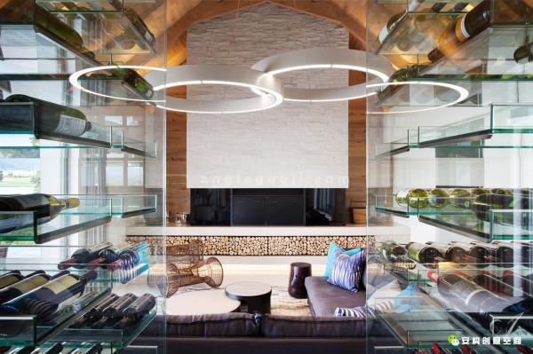 AntoniAssociates设计团队最近在南非西开普省的Stellenbosch小镇,设计了一所令人叫绝的Winelands Home别墅。