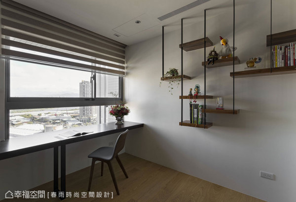 跳脱传统采用制式书柜的窠臼,采用铁件与木皮层架创造空间趣味性。