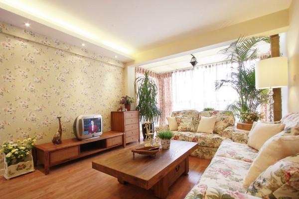 欧式田园风格客厅装修墙壁上也并不空寂,壁纸和盆景都使它增色不少。