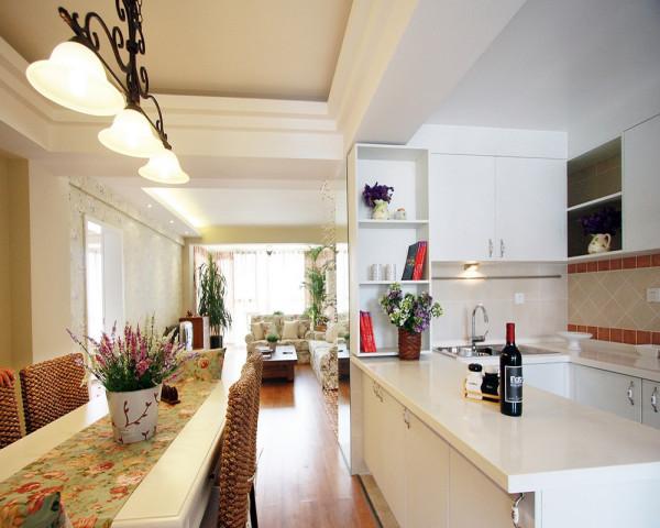 开放式的厨房紧邻着餐厅,软装配饰设计也要做碎花的图案。