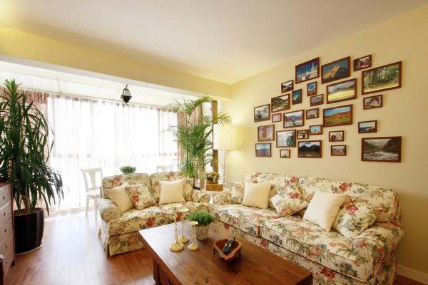 客厅背景墙的设计田园风格客厅大量使用碎花图案的各种布艺和挂饰。