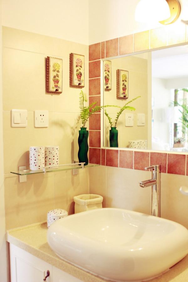 卫生间的装修鲜花和绿色的植物也是很好的点缀。