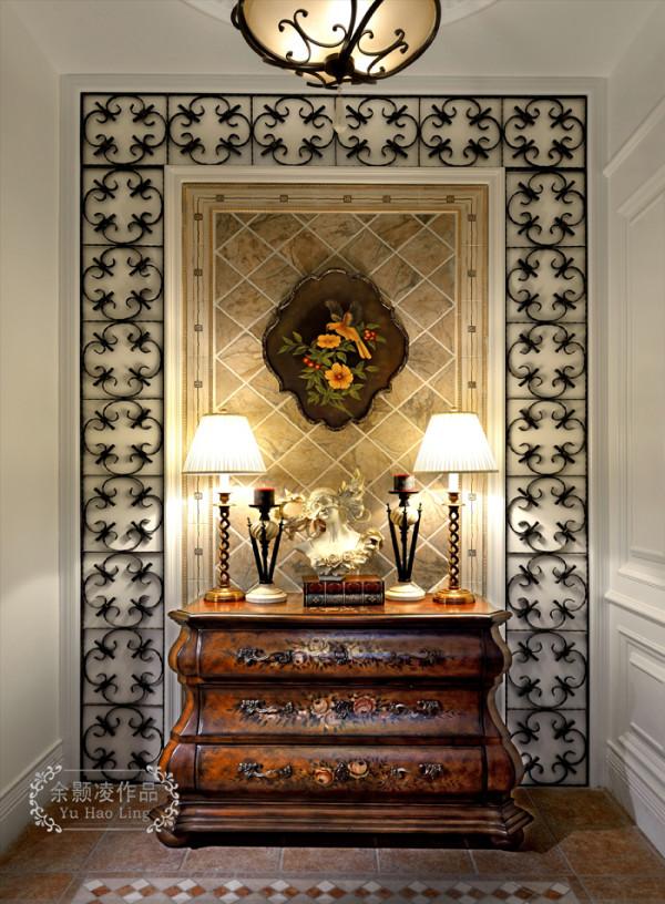 入户,上区域主要运用一个美式的玄关+美式风格的墙面综合运用和搭配。
