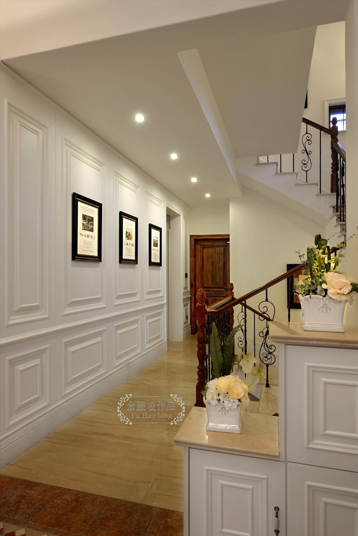 楼梯间,设计师在设计此区域主要通过白色墙板,美式风格铁艺木质楼梯图片