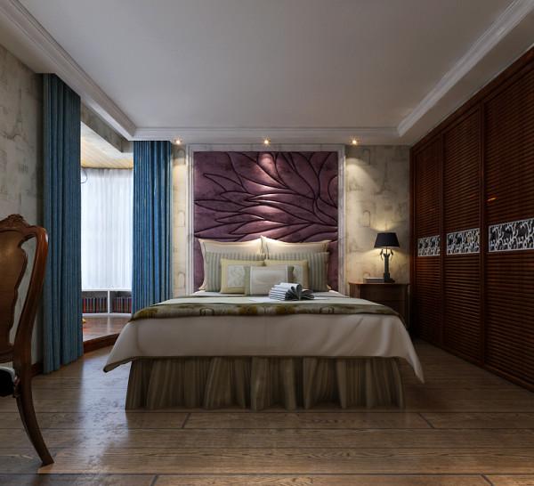 主卧安装嵌入式的壁柜,使整个空间更协调和完整