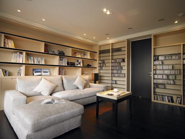 正面的书柜设计看起来整洁,同时也利用的整个空间。