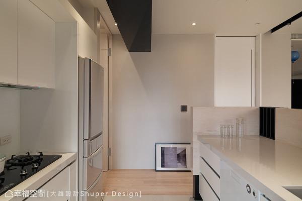 白色能创造干净的视感,搭配人造石台面和防污板材,能增加清洁程度,黑镜包覆的横梁则带来沉稳感。