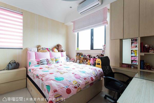 女孩房中纳入屋主对于风水的顾忌,禾境室内设计将部分窗面封除,定义出床头的安定氛围。
