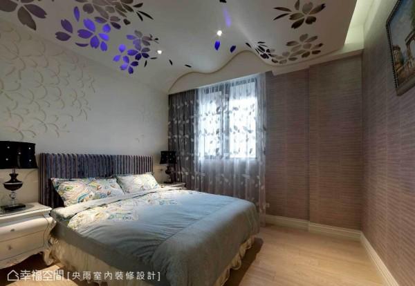 为了化解床头上大梁,运用波浪式的造型天花板及壁面,加上花朵和灯光表现梦幻意趣。