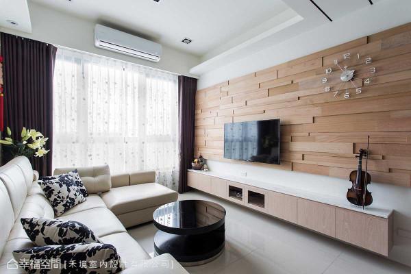 屋主自行采购的桧木建料,经设计师丁名训细腻堆栈、拼接,变成一道人文质感的电视主墙。