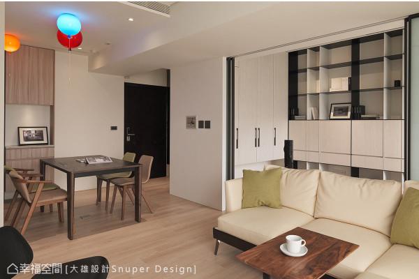 半开放式的空间里,书房、客厅和餐厅合而为一,书柜顿时成为客厅的一景,展现完美的空间景深效果。