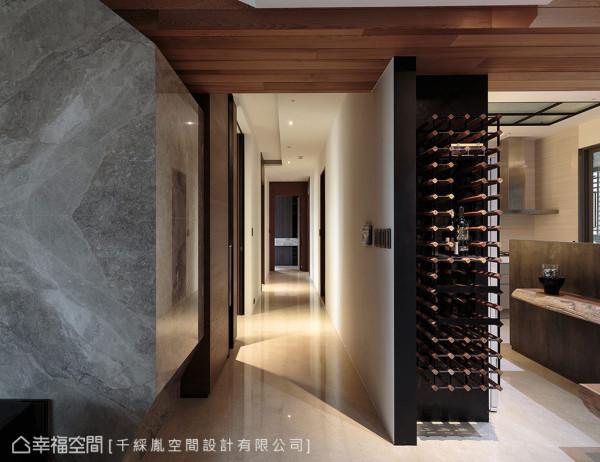 李千惠设计师利用冰箱深度规划红酒柜,也方便屋主与宾客在餐厅品酒小酌。