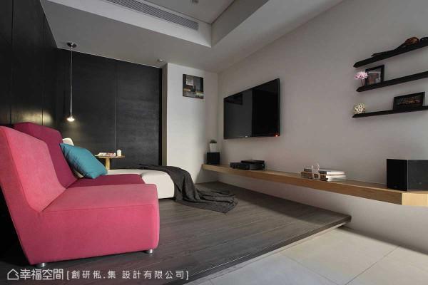 沿着楼梯攀爬而上,三楼场域中,两间卧房之间设有另一个起居空间,桃色与白色的沙发组合,跳出不同于一楼空间的轻快时尚调性。