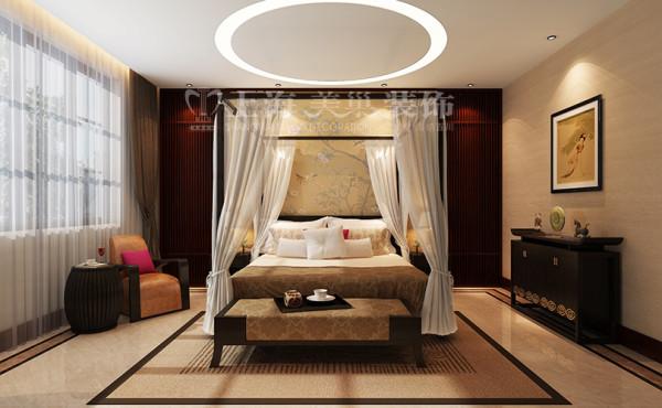新中式装修普罗旺世600平别墅卧室效果图,卧室在色彩方面沿用了传统古典风格的典雅和华贵,但与之不同的是加入了很多现代元素,呈现着时尚的特征。