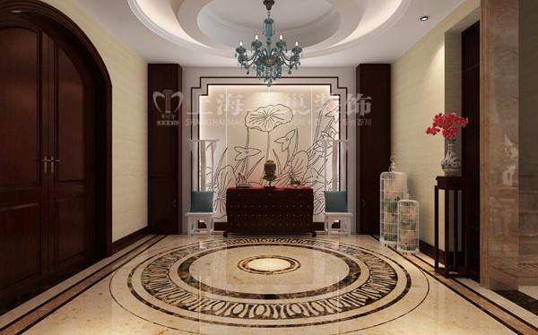 新中式装修普罗旺世600平别墅门厅效果图,暖灰色调的门厅中加入一些冷灰色的小品,在给整个空间添加几分活跃的同时又不破坏整体色调,使室内空间和室外空间有一个很好的过度。